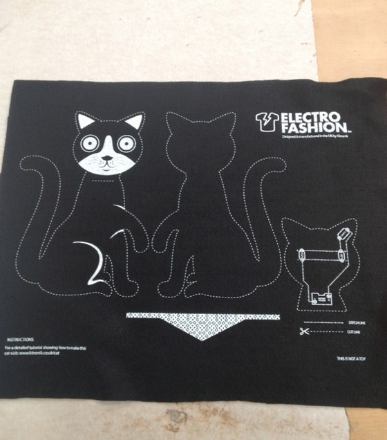 how_the_electro-fashion_cat_is_screen_printed_560_11