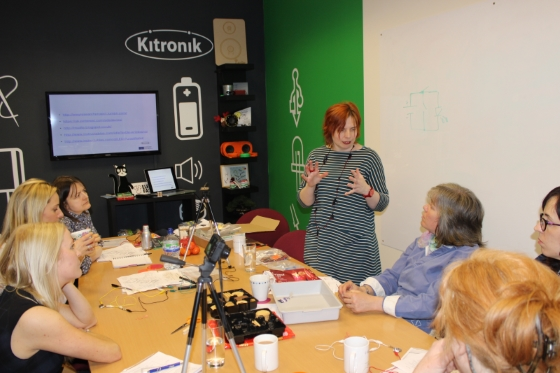 bringing_electronic_fashion_into_the_classroom_workshop_560